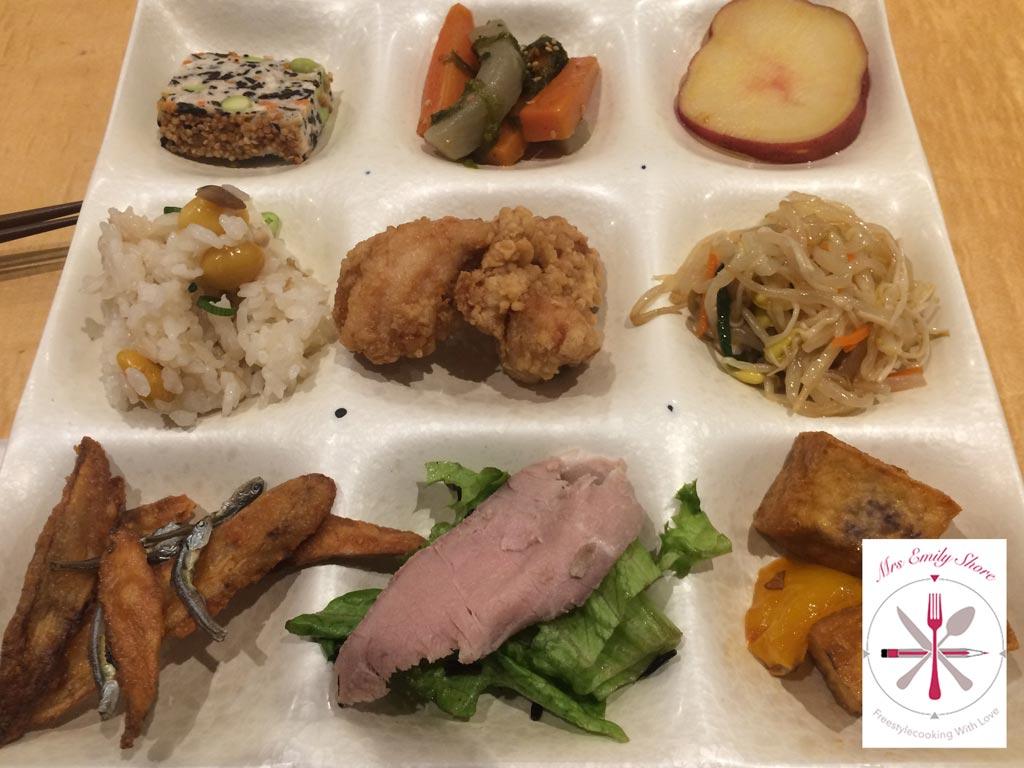 Toyko, Tokio, Japan, Essenbeispiele, Plastikessen, Auslage, Showauslage, Essensauslage, typisch, japanisch, Essen, Streetfood, Fressgässchen, Hinterm, Bahnhof, Urig, japanisch, einfach, günstig, essen, Fleischspieße, gebratener, Tofu, Sushi, California, Role, Roll, Buffet, Udon, getrocknete, Krabben, Shrimps, dried, Sushi, Glasnudeln, Salat, gebratener, Tofu