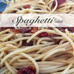 Italienischer, kalter Spaghettisalat als Beilagensalat zum Grillteller