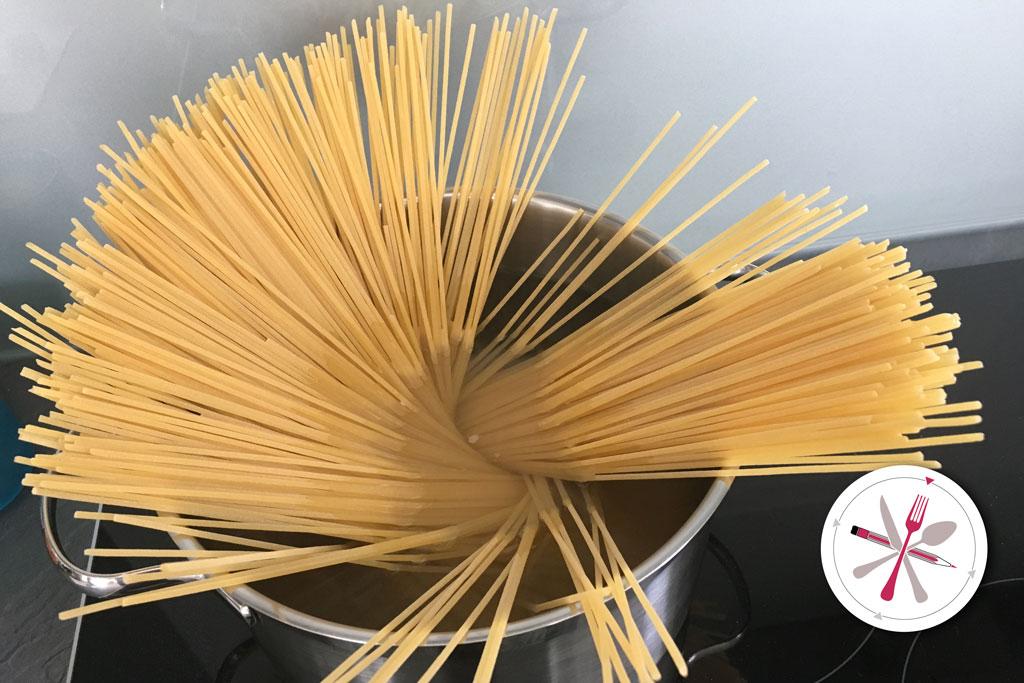 Spaghetti Kochen. Italienischer, kalter Spaghettisalat als Beilagensalat zum Grillteller
