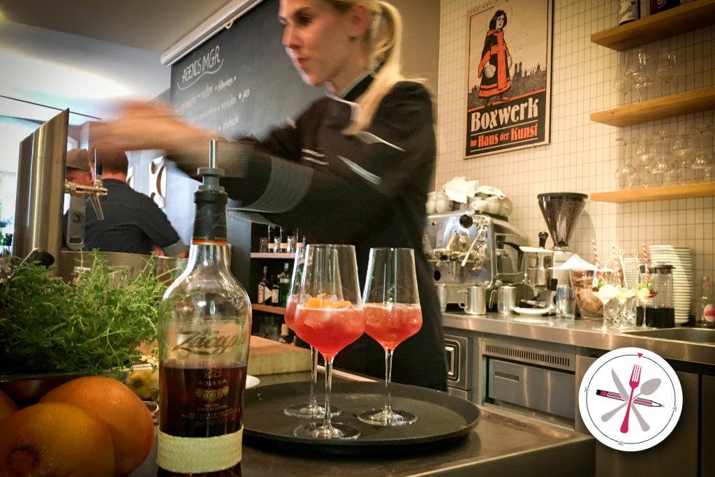 Der Gesellschaftsraum in München mit Meike Zimmermann als Bartenderin