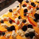 Herbstlicher Kürbis Flammkuchen mit Brombeeren und Blaubeeren und Ziegenkäse