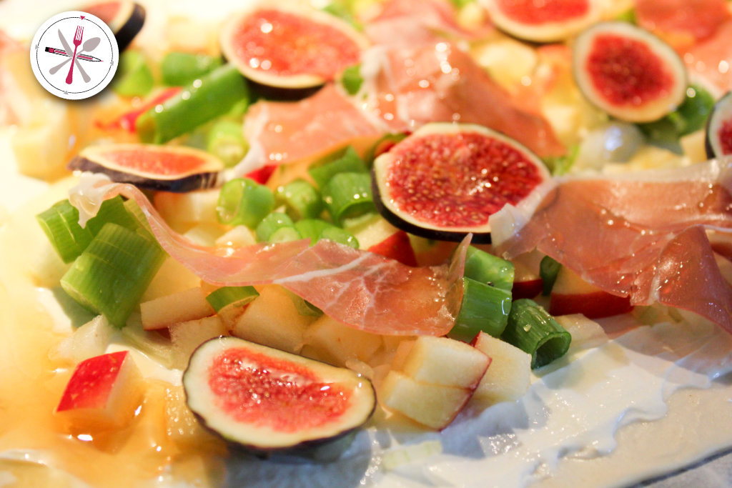 Schneller leckerer herbstlicher Flammkuchen mit Apfel, Feigen, Lauchzwiebeln und Bresola.