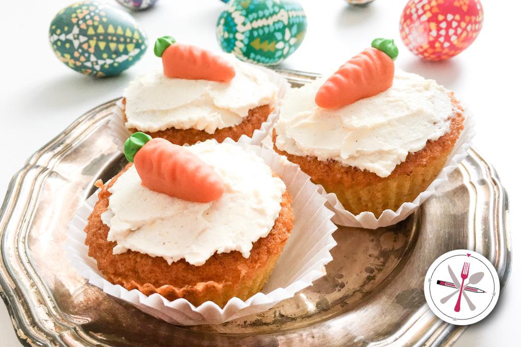 Lecker schnelle Ostermuffins aus Möhren und Karotten mit Frischkäsetopping